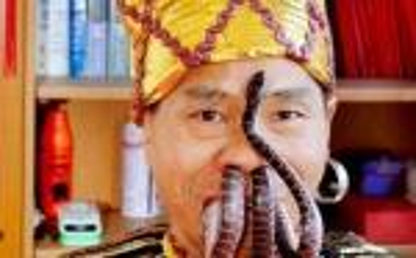惊呆!蛇从嘴进去又从鼻孔跑出,中国奇人玩蛇堪比阿三